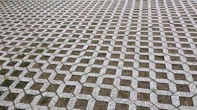 Die Pflasterarbeiten Kosten können beim durch Betonrasengitter vergleichsweise niedrig gehalten werden.