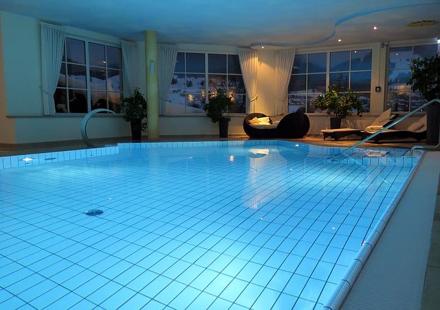 Die Swimmingpool Kosten variieren bei Innenpool und Aussenpool nur leicht.