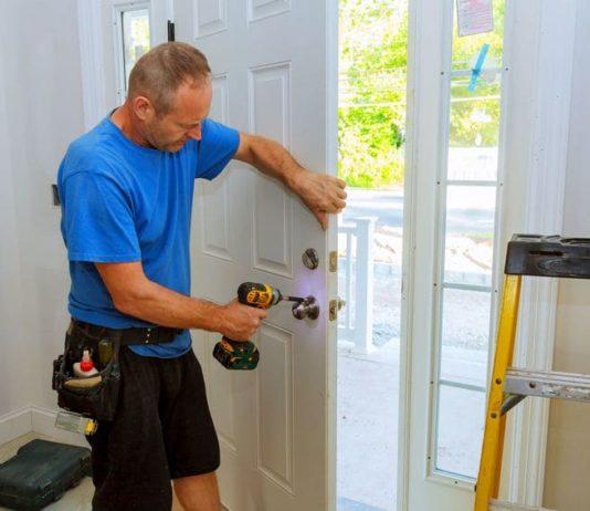 Je nach Haustürart variieren auch die Haustür einbauen Kosten.